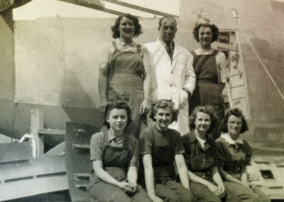 Crew-of-secret-factory-girls-pose-by-the-Spitfire-wing-they-have-finished